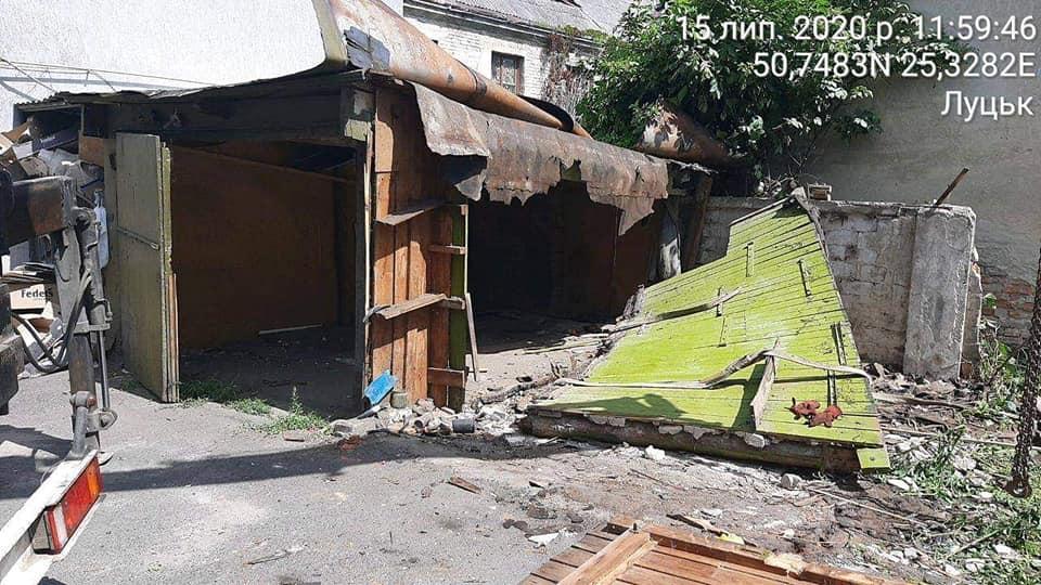 У центрі Луцька демонтували незаконні гаражі