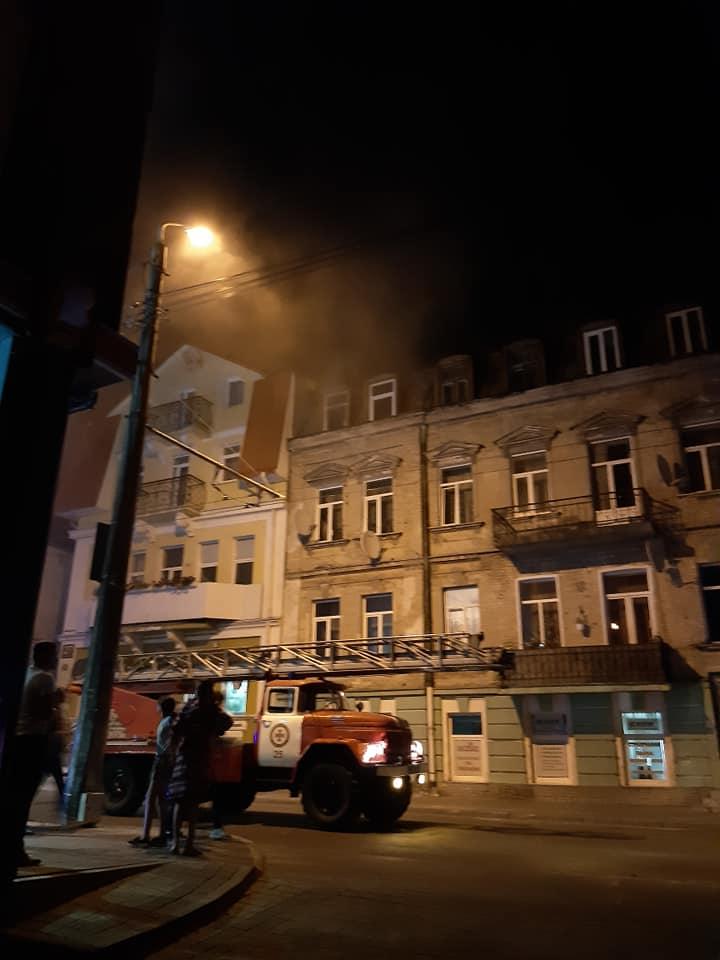 У центрі Луцька горить будинок. ВІДЕО