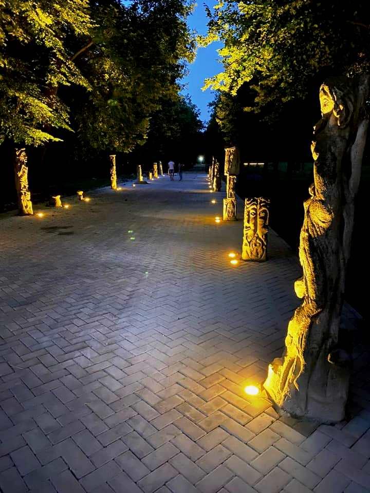 У луцькому парку підсвітили алею скульптур Миколи Голованя