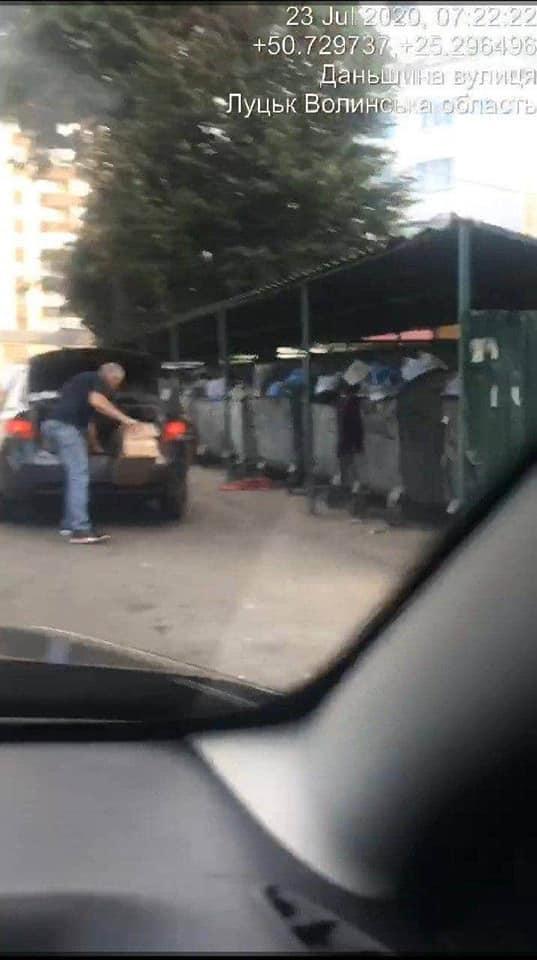 Лучанин просить припинити штрафувати містян за викидання сміття в контейнери