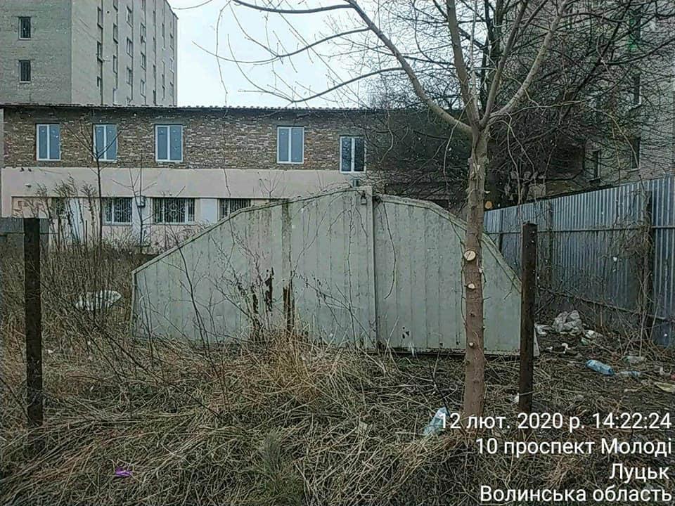 Луцькі муніципали розпочали демонтаж незаконних конструкцій на проспекті Молоді