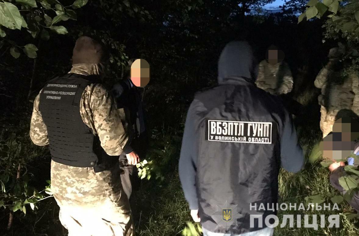 Волинянам, які незаконно переправляли іноземців через кордон, оголосили про підозру