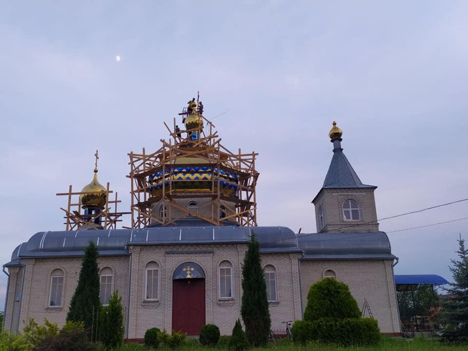 У храмі в селі поблизу Луцька освятили накупольні хрести