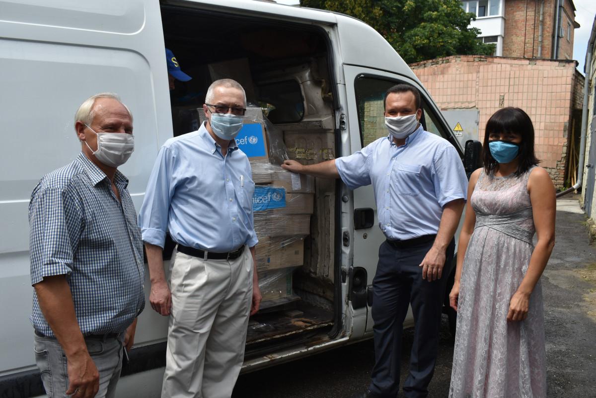 Волинським соціальним працівникам передали засоби захисту від ЮНІСЕФ