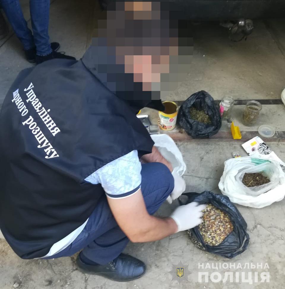 У Луцьку оперативники вилучили близько трьох кілограмів бурштину та наркотики