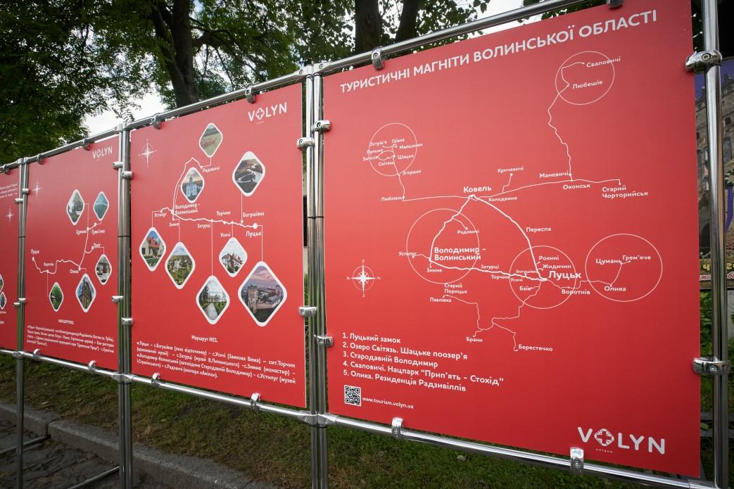 Президенту Зеленському у Луцькому замку презентували шість туристичних «магнітів» Волині