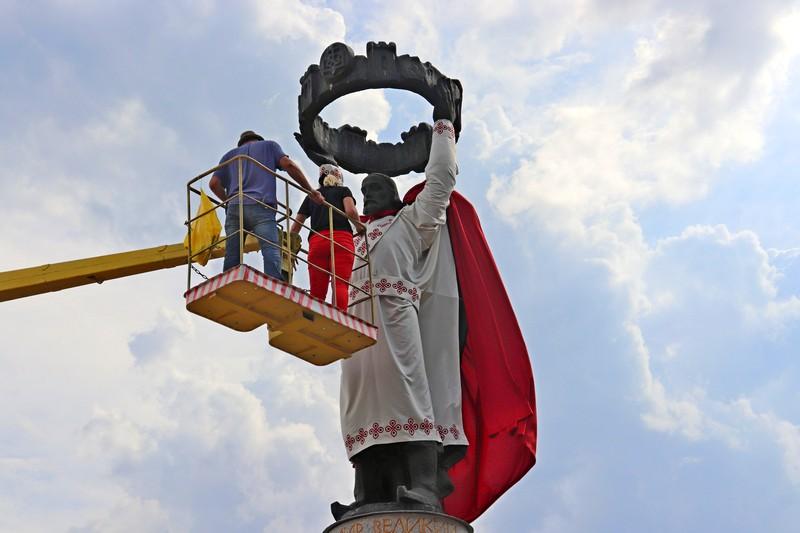 У Володимирі-Волинському пам'ятники одягли у вбрання з логотипом міста