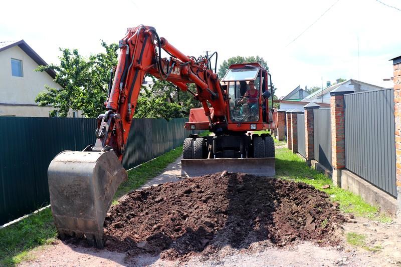 У Володимирі-Волинському продовжують ремонтувати дороги та двори