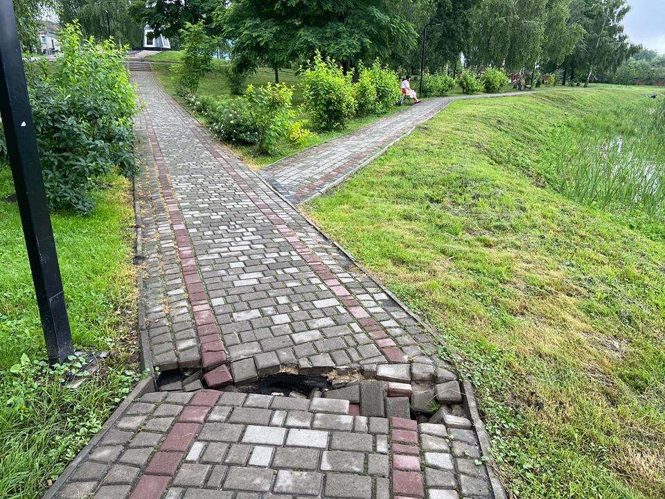 У місті на Волині відремонтували провалену пішохідну доріжку у парку