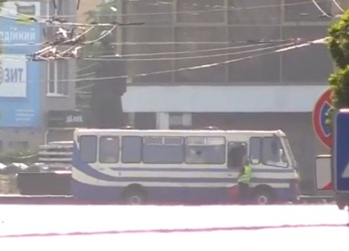 Перші результати переговорів з терористом у Луцьку: заручникам передали воду