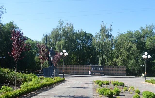 У місті на Волині ремонтують стелу на Меморіалі Слави