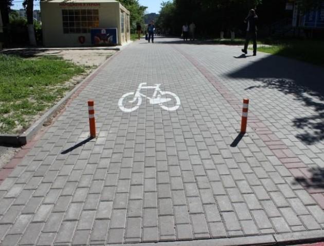У Луцьку вимагають припинити наносити велодоріжки на пішохідні тротуари