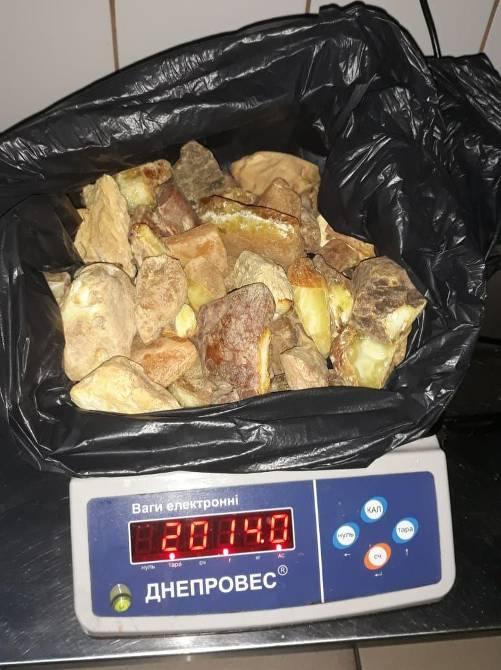 На Ягодині виявили понад два кілограми бурштину у вантажівці