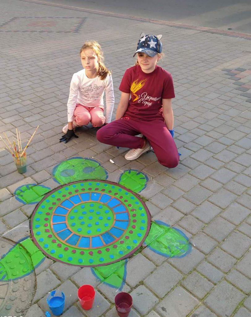 Оригінальне вітання з днем міста: у Володимирі-Волинському розфарбували каналізаційні люки