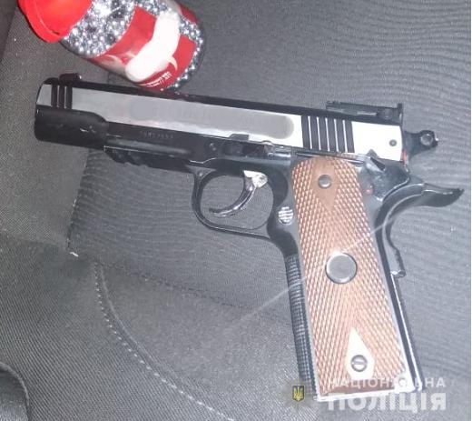 Правоохоронці на «Ягодині» вилучили холодну зброю та пістолет у жителів інших областей