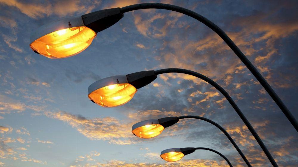 На одній з вулиць Луцька реконструюють мережі освітлення за 200 тисяч