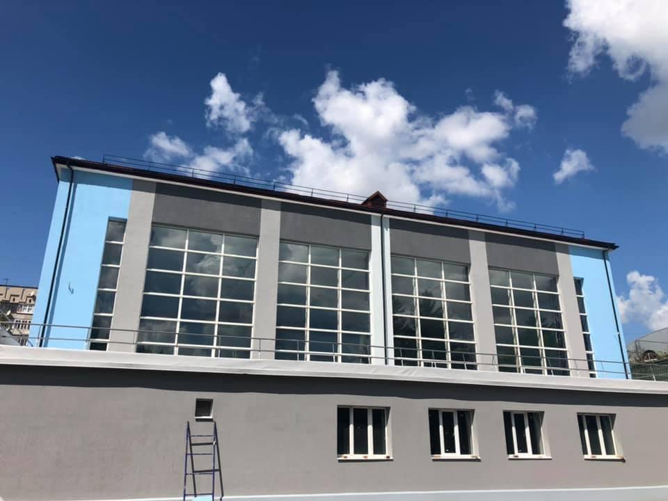 У Луцьку завершують капремонт фасаду центрального басейну