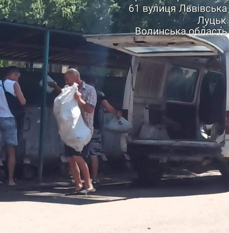 Жителі сіл продовжують підкидати сміття з автомобілів в контейнери у Луцьку