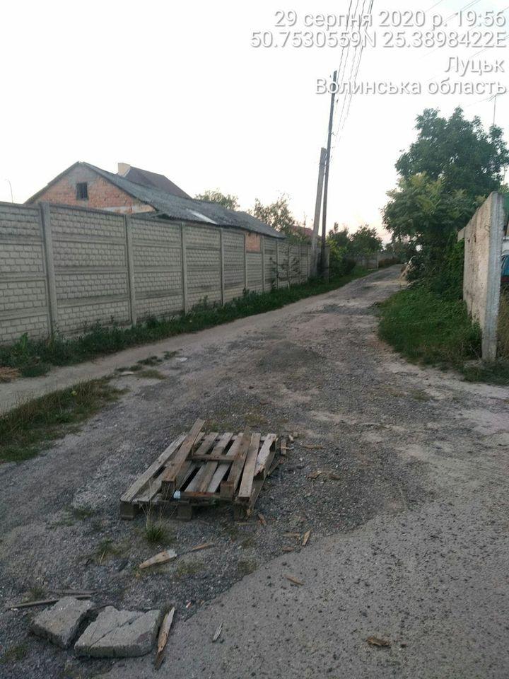 Аварійний колодязь на дорозі у Луцьку несе загрозу водіям