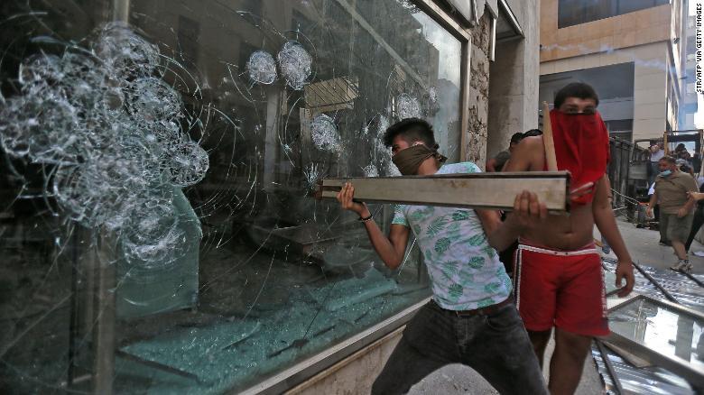 Тисячі ліванців знову вийшли на антиурядові протести через вибух у Бейруті