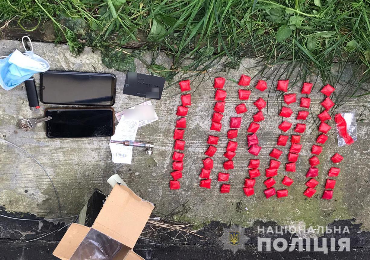 Майже сотня закладок: поліцейські затримали чергового наркоторговця у Луцьку