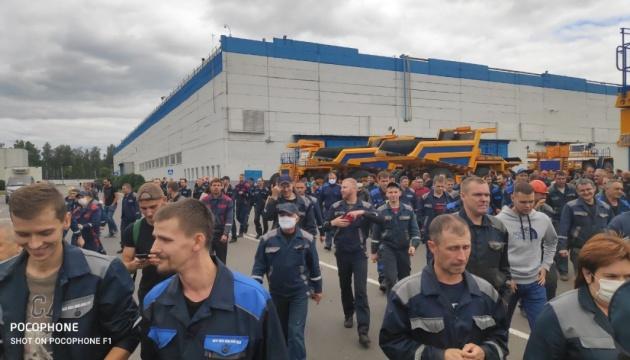 «БелАЗ» і не тільки: до страйку у Білорусі підключаються великі підприємства