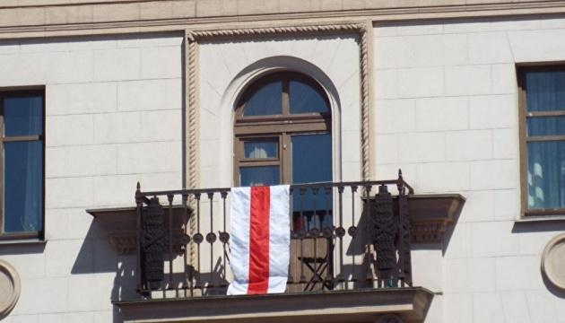 У Мінську «люди в чорному» знімають біло-червоно-білі прапори з будинків
