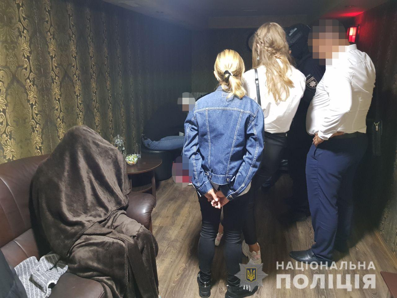 Надавали сексуальні послуги: у центрі Луцька правоохоронці викрили салон еротичного масажу