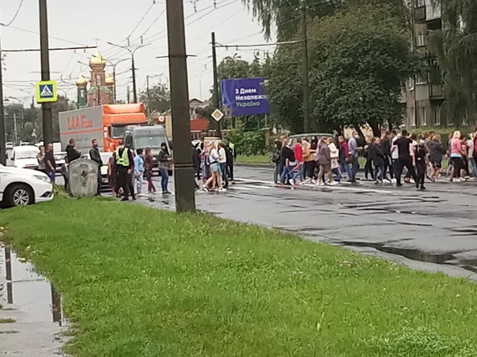 Обурені лучани перекрили вулицю, де у ДТП загинула дитина