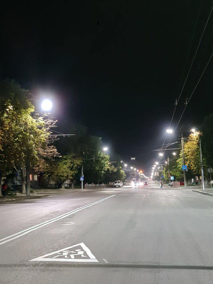 На проспекті Відродження у Луцьку облаштовують LED-освітлення