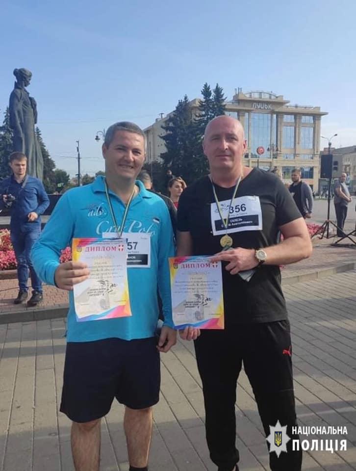 «Шаную воїнів — біжу за героїв України»: волинські поліцейські взяли участь у патріотичному забігу