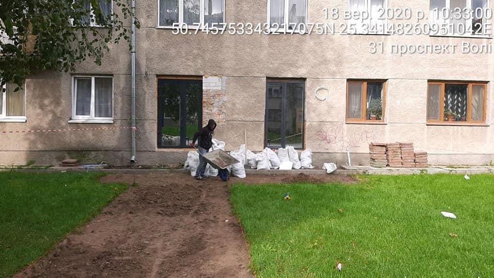 Лучанина можуть оштрафувати за руйнування газону у центрі міста
