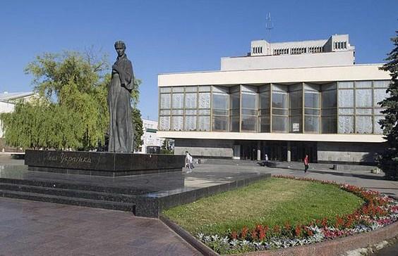 Митрополит Михаїл запропонував поміняти місцями пам'ятники у центрі Луцька