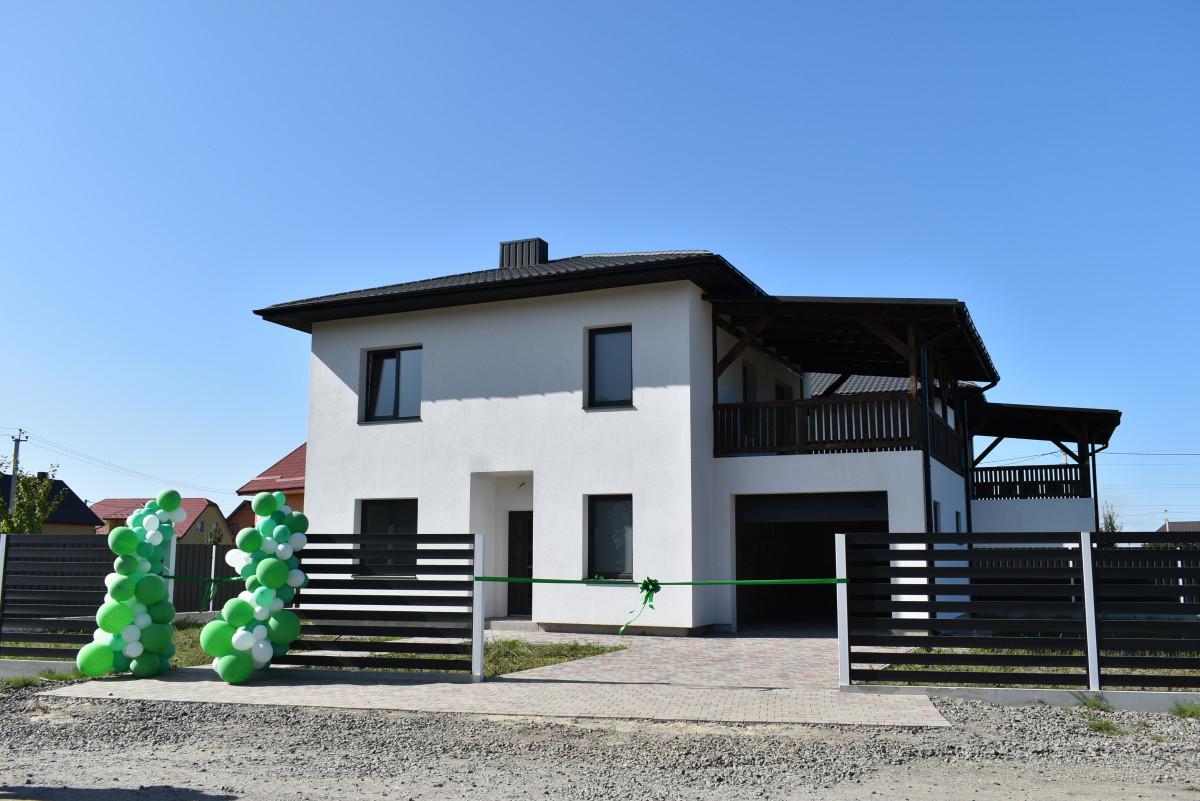 Багатодітній родині із Луцька, яка проживає в однокімнатній квартирі, за сприяння Президента України подарували будинок
