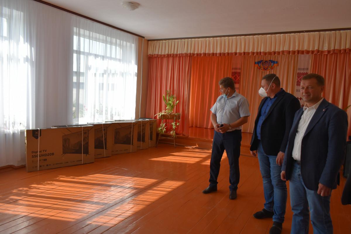 Волинська школа отримала нові телевізори