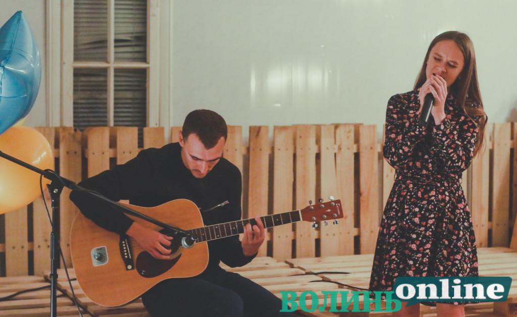 Поезія та музика: культурне об'єднання «100 Вт» у Луцьку відсвяткувало десяту річницю