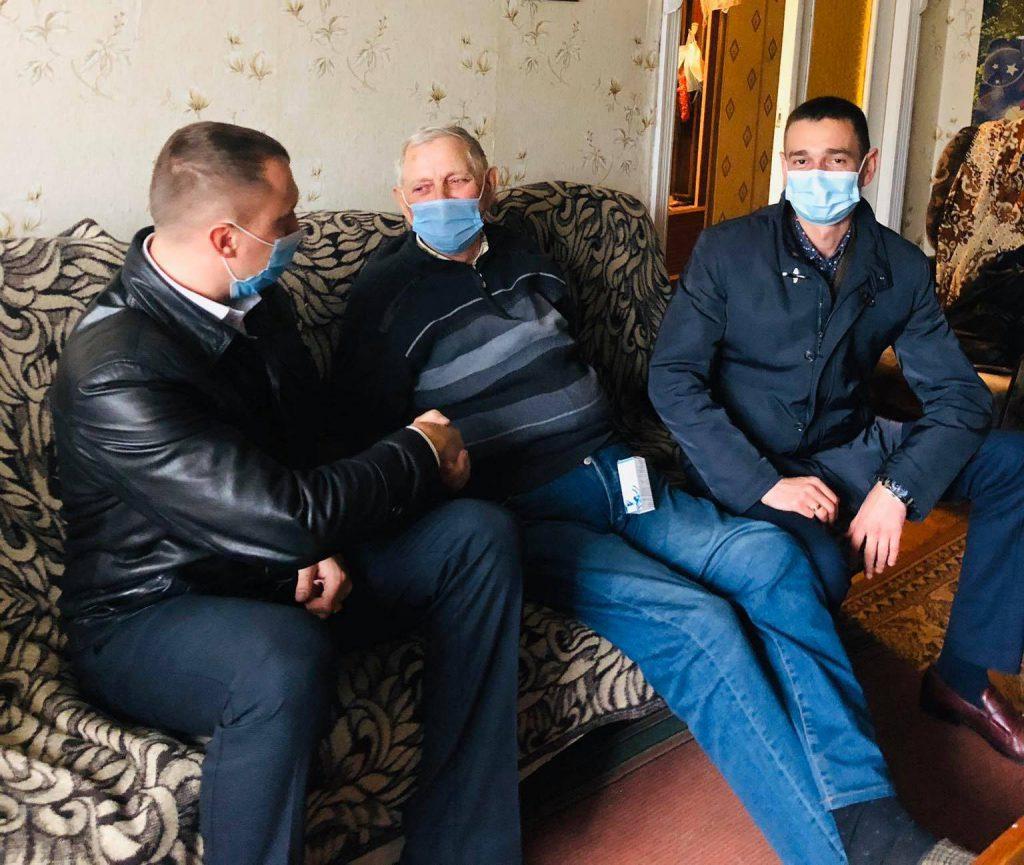 У місті на Волині представники влади відвідали одиноких людей поважного віку