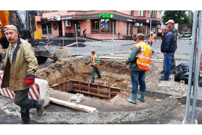 У Луцьку в екстремальному режимі ліквідовують складну аварію на каналізаційній мережі