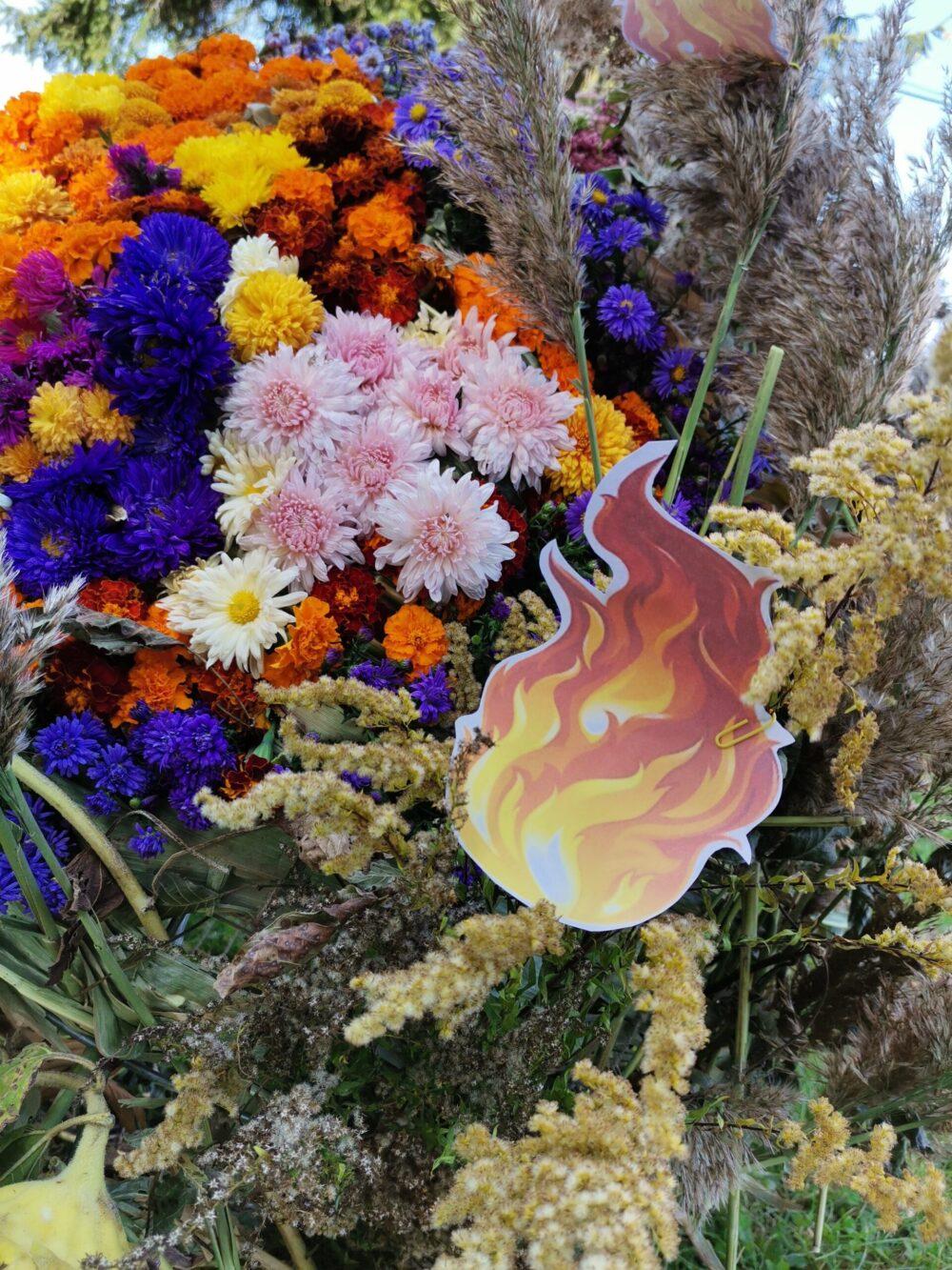 У громаді на Волині учні виготовили квіткову скульптуру планети