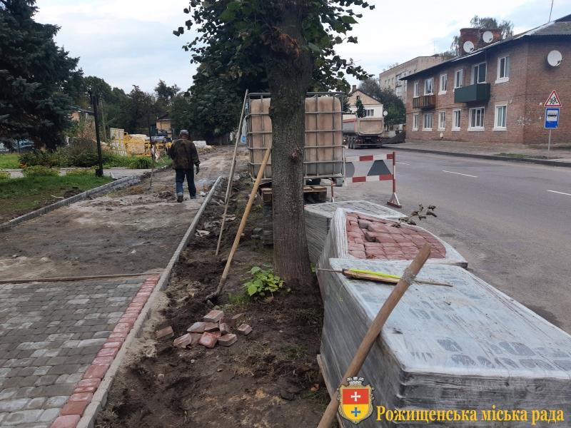 У місті на Волині розпочали ремонт тротуарів