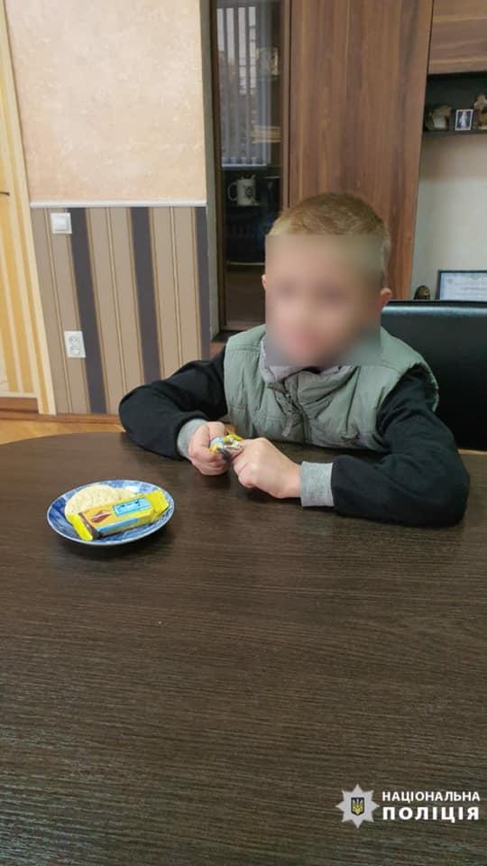Восьмирічного хлопчика, який загубився у Луцьку, поліцейські передали матері