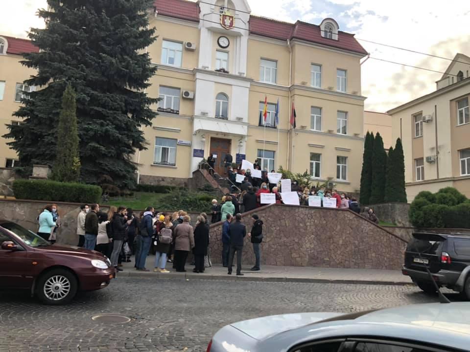 Під стінами Луцькради мітингують за збереження пологового будинку