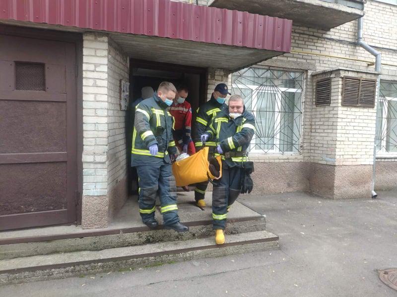 Рятувальники у Луцьку допомогли медикам винести хвору жінку з квартири