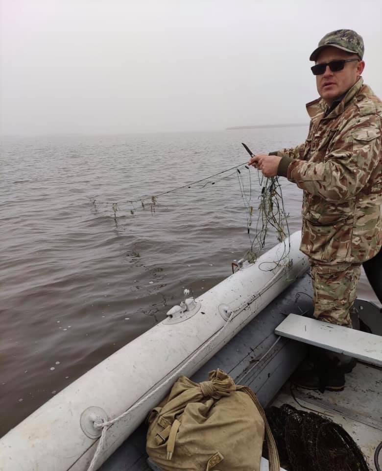 На волинській водоймі екоінспектори вилучили браконьєрські сітки