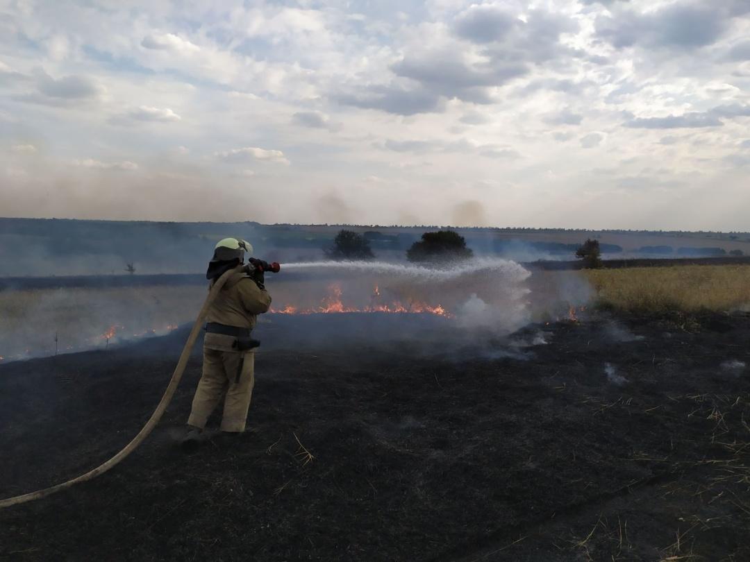 На Луганщині продовжують гасити пожежі, рятувальники залучили авіацію