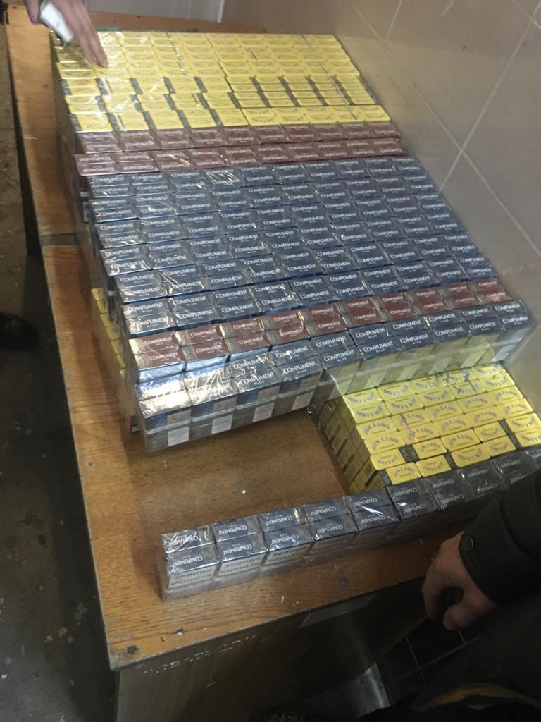 На пункті «Ягодин» викрили спробу  незаконно перевезти цигарки та нагороди через кордон