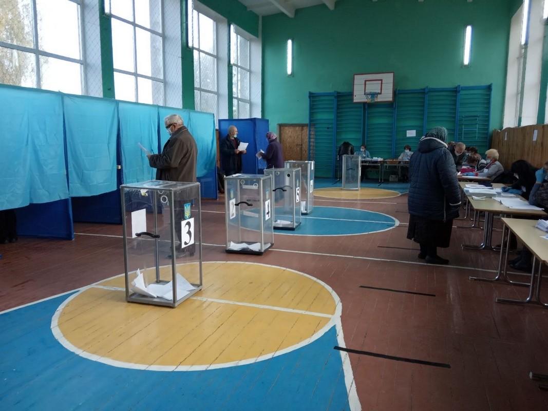Нестача скриньок і кабінок та транспортування сейфа: на Волині стартували вибори