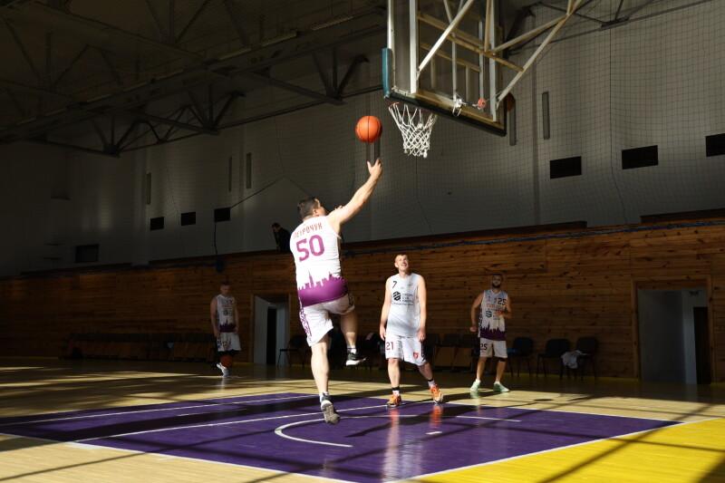 Команди Луцької міськради та ЗМІ зіграли товариський баскетбольний матч пам'яті Олексія Веремійчика