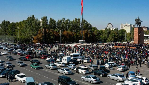 На центральній площі Бішкека почалися масові заворушення
