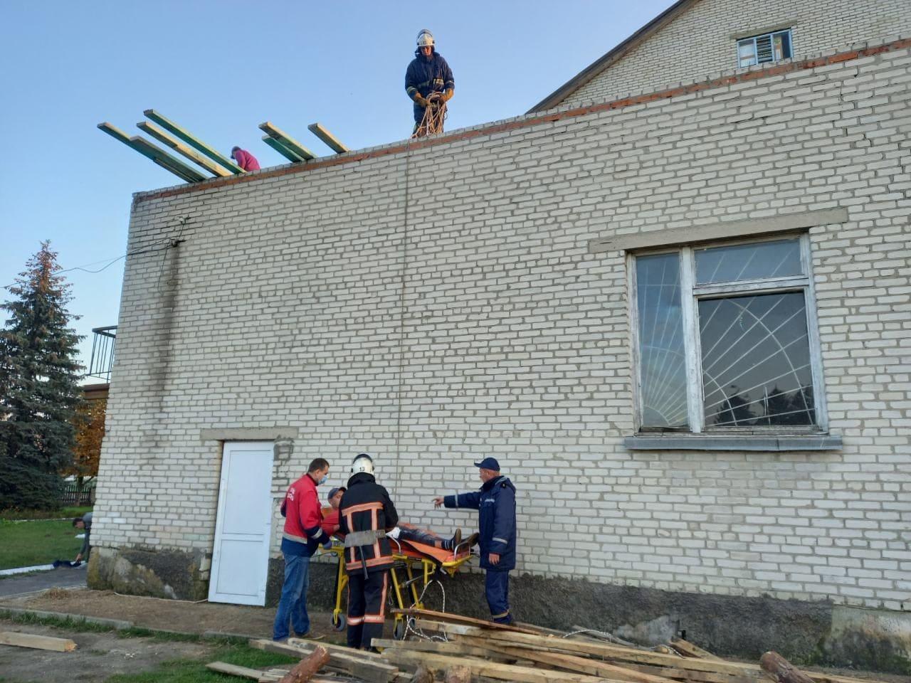 На Волині рятувальники допомогли травмованому на будівництві чоловіку